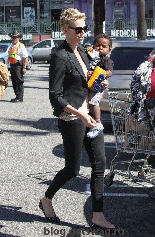 Charlize-Theron-Son Стиль Шарлиз Терон - фото уличного стиля одежды звезды в повседневной жизни