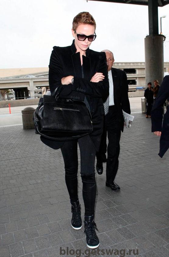 Charlize-Theron-v-chernom-poluvere Стиль Шарлиз Терон - фото уличного стиля одежды звезды в повседневной жизни