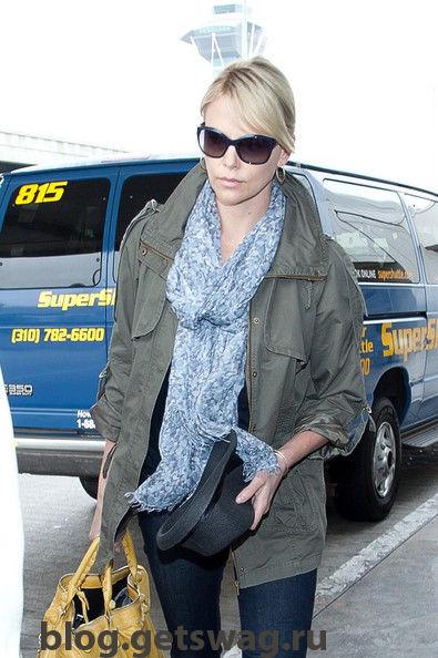 Theron-s-swift-arrival-KRraEyKW4qUl Стиль Шарлиз Терон - фото уличного стиля одежды звезды в повседневной жизни